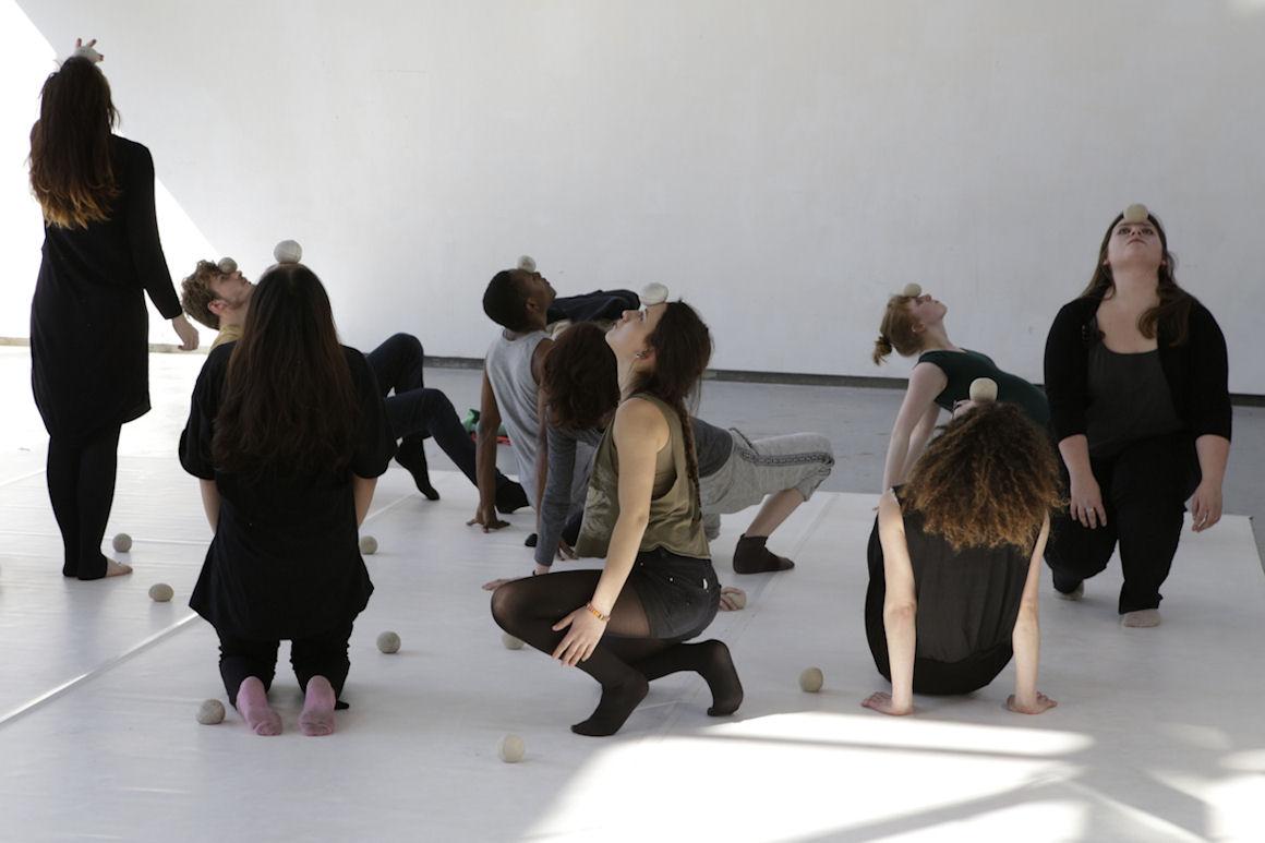 Photo : workshop « Juxta-Position(s) corps - objet - espace - temps » avec Elsa Guérin - Charivari 2016 - Crédit photo : Marie-Pierre Saunier