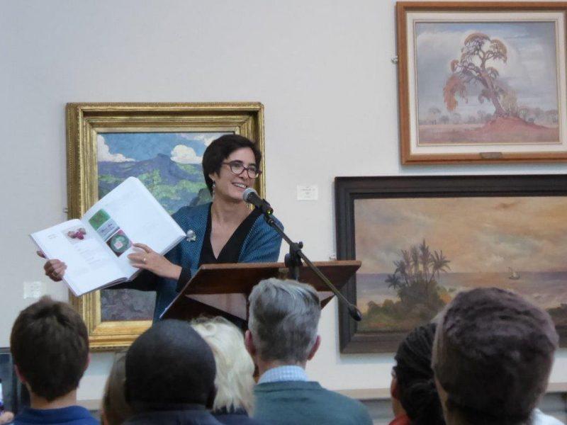 Wendy GERS présente son ouvrage Scorched Earth, à la Tatham Art Gallery, Afrique du Sud. Crédit photo : Kobus Venter