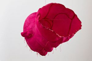 Red man 2010, soie Bengaline et sucre, 88 X 97 X 103 cm | Photo : Guy L'Heureux