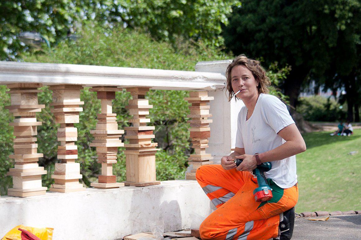 Photo : Comodín (Joker), 2012 Incrustation de 28 colonnes en bois faites maison. Parque Lezama / Plaza San Martin, Buenos Aires (AR) Chutes de bois, tige fileté, vis