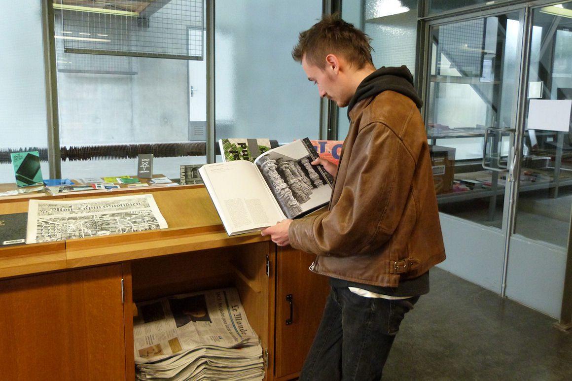Photo : Victor à la bibliothèque