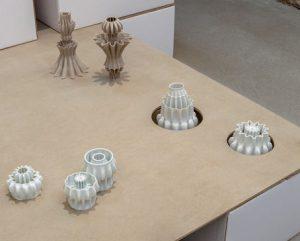 Arnaud Borde, Sous les jupes des filles, 2018, pièce réversible. Impression 3D grès. Biomécanique des fleurs, 2018, impression 3D porcelaine.