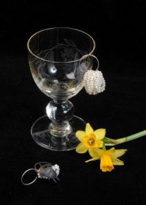 Fliegenschmuck, Les nouvelles vanités I 2018 I Boucles d'oreilles I shibushi, perles d'eau douce, perles de verre © Corinne Janier