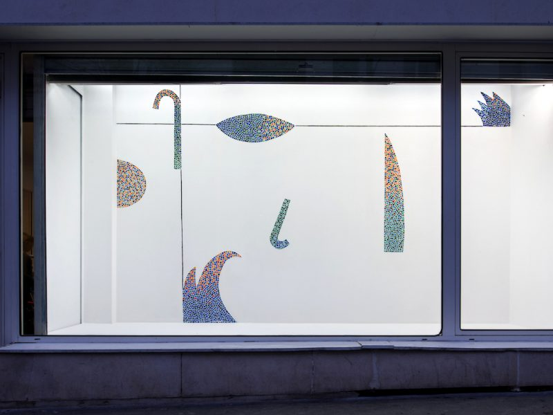 Dans le mur, mosaïque en émaux de briare, vue d'exposition, la Vitrine du Frac Ile-de-France, 2017, crédit photo Martin Argyroglo