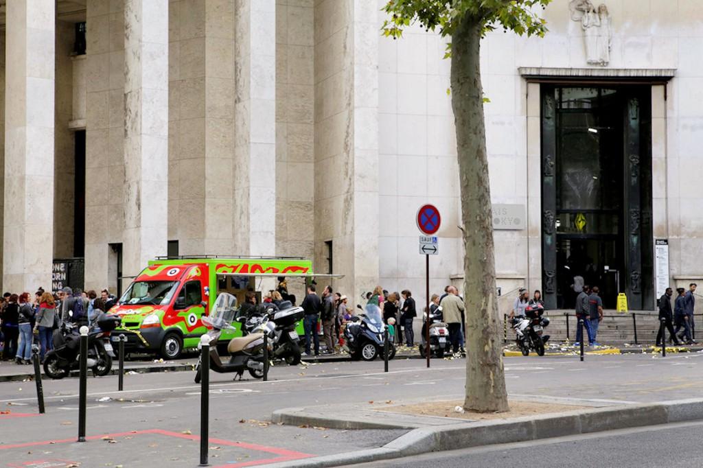 Photo : Lancement de la 1re Biennale art nOmad avec l'ENSA Limoges comprenant une conférence de presse et une interview par Hervé Pauchon (journaliste à France Inter), parvis du Palais de Tokyo, Paris, 2015 - Photo Marie-Pierre Saunier