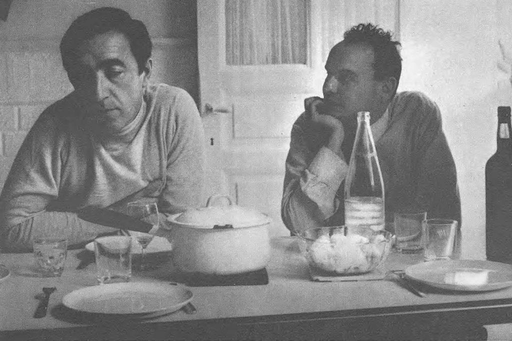 Photo : Deux types de penseurs bûl Pol Bury et André Balthazar Photographie illustrant l'article La légende du Daily Bul in : Chroniques de l'Art vivant n° 2, Paris, mai 1969. Directeur : Aimé Maeght. Rédacteur en chef : François Chevallier.