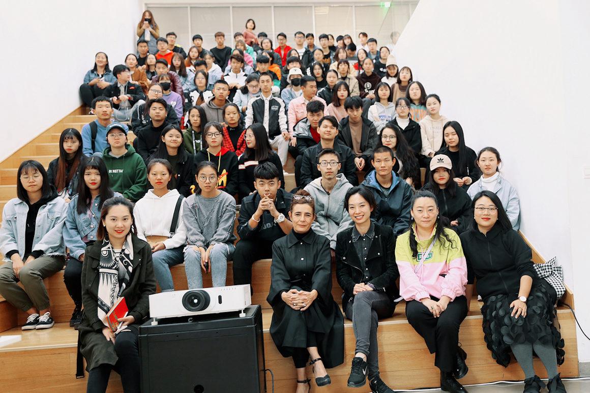 Photo : Indiana et les étudiants en master art et design à XI'an University en Chine