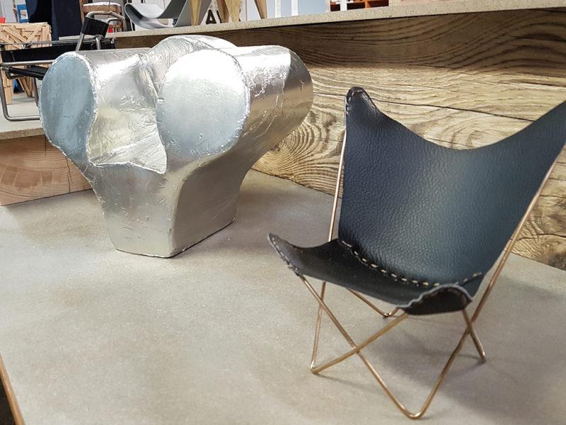 """Photo : chaises à l'échelle 1/2. Exposition """"Permis de construire #1"""""""