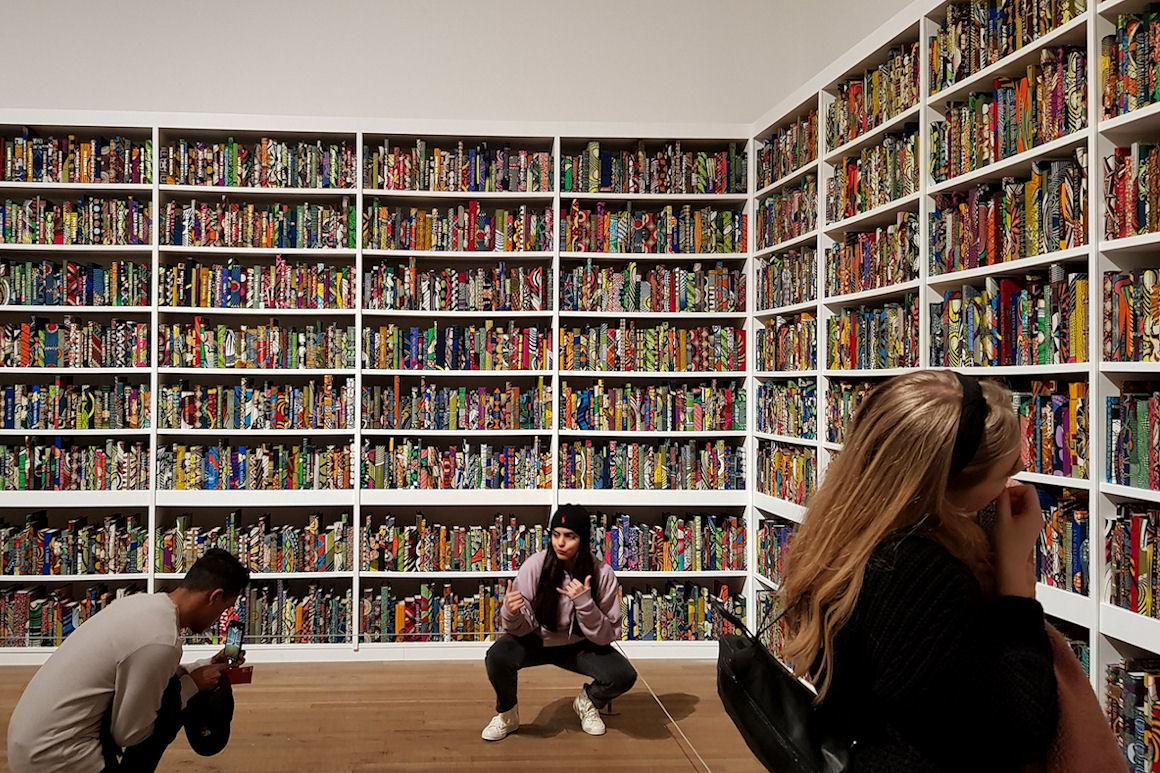 "Photo : Œuvre de Yinka Shonibare ""la british bibliothèque"", La Tate Modern de Londres, janvier 2020"