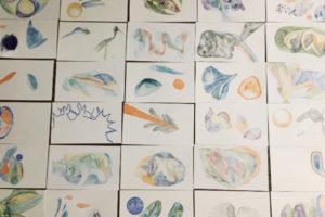 """Photo : vignette, cartes pour le jeu """"l'homme sans plume"""" réalisé par Gaelle Maas lors de sa résidence d'artiste"""