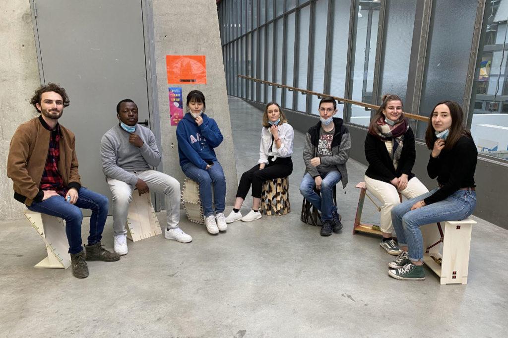 Photo : étudiants assis sur leur siège lors de l'exposition Please have a seat !