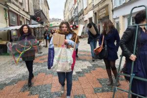 """Photo : étudiantes dans les rues de Limoges pour le workshop """"dedans pas dedans"""" dans le cadre de charivari 2017"""