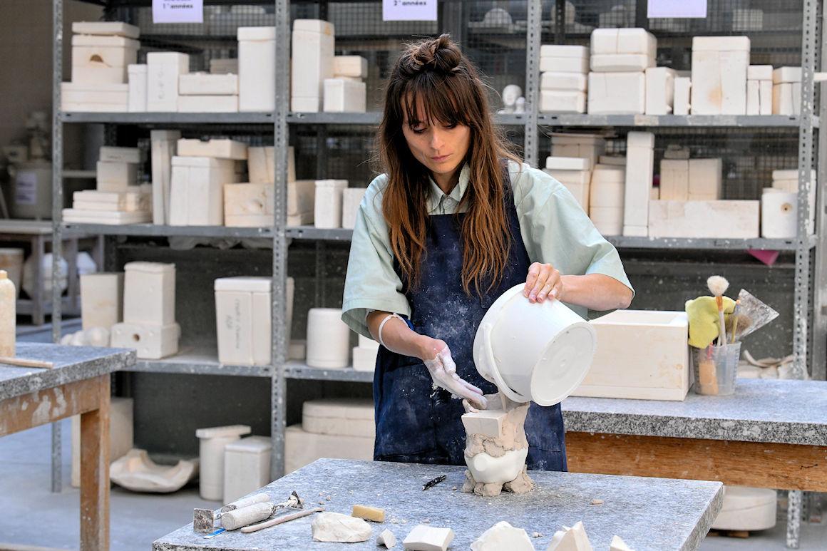 Photo : Laureline Galliot à l'atelier porcelaine de l'Ensa Limoges. Crédit photo : Stéphane Lefevre